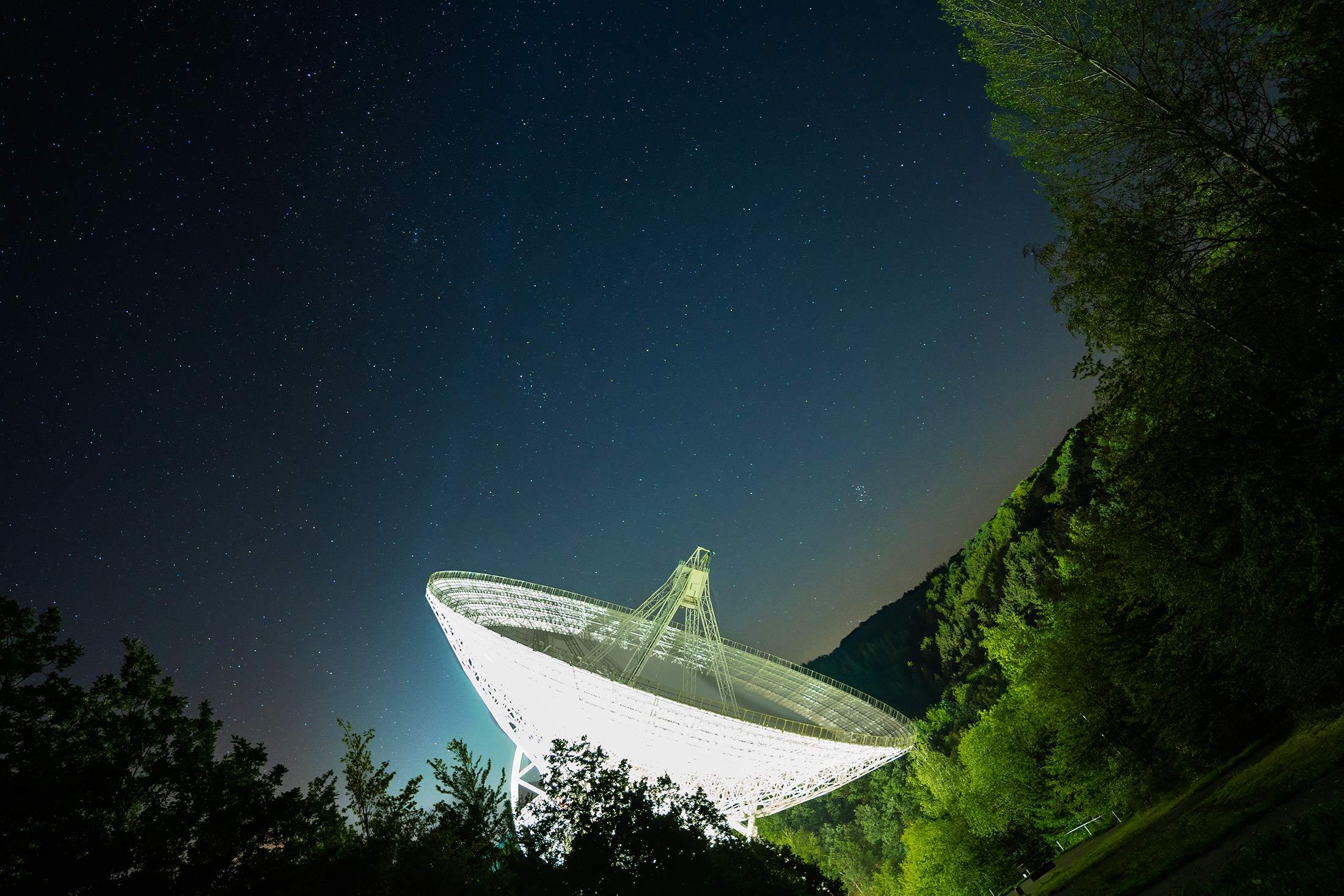 Radioteleskop Effelsberg bei Nacht