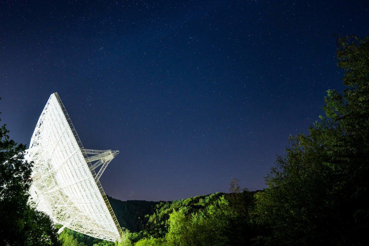 Radioteleskop Effelsberg lauscht nachts in den Weltraum