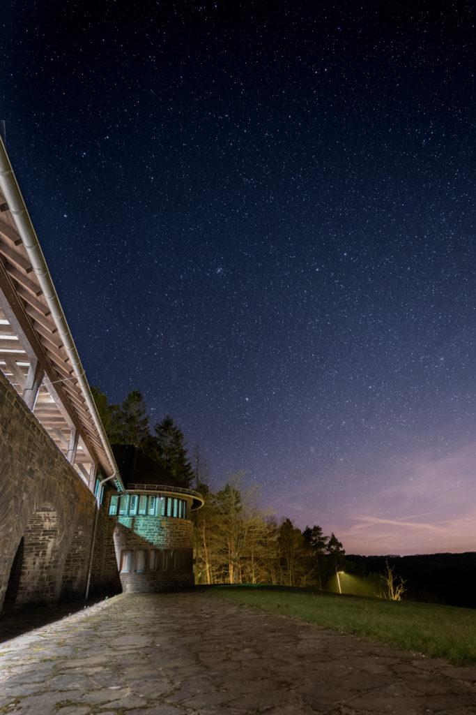 Sterne über einem Gebäude in der Eifel