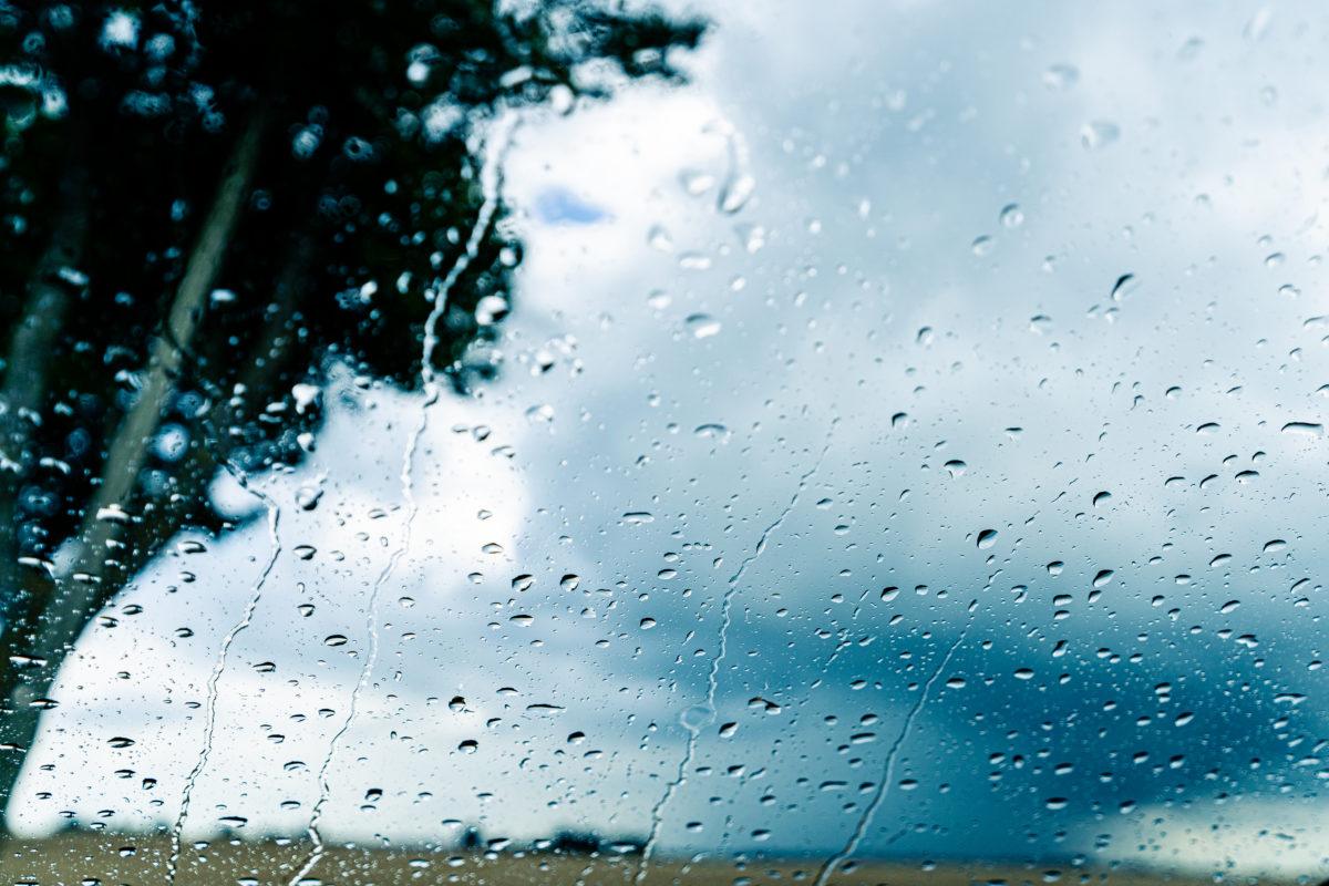 Regen über dem Feld