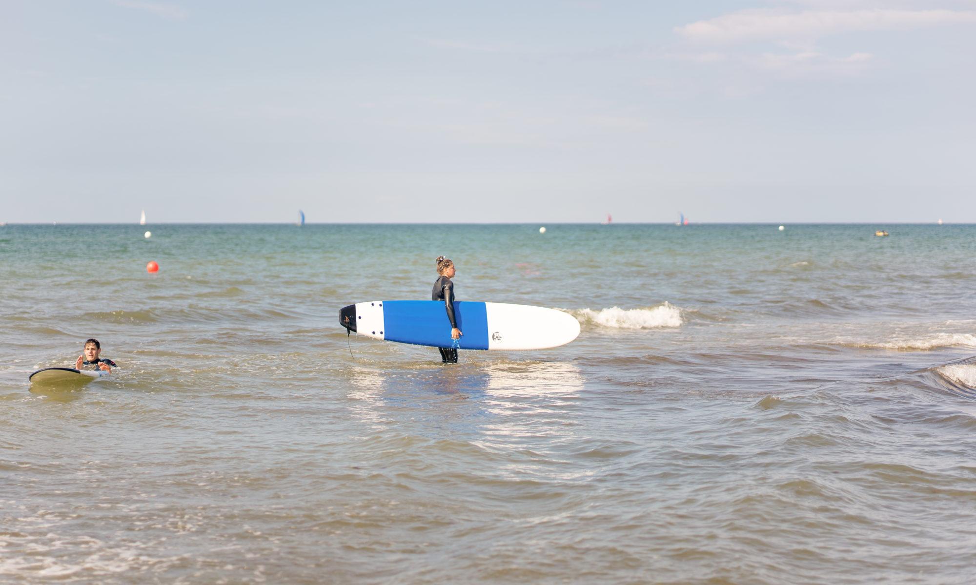 Surfbrett unterm Arm