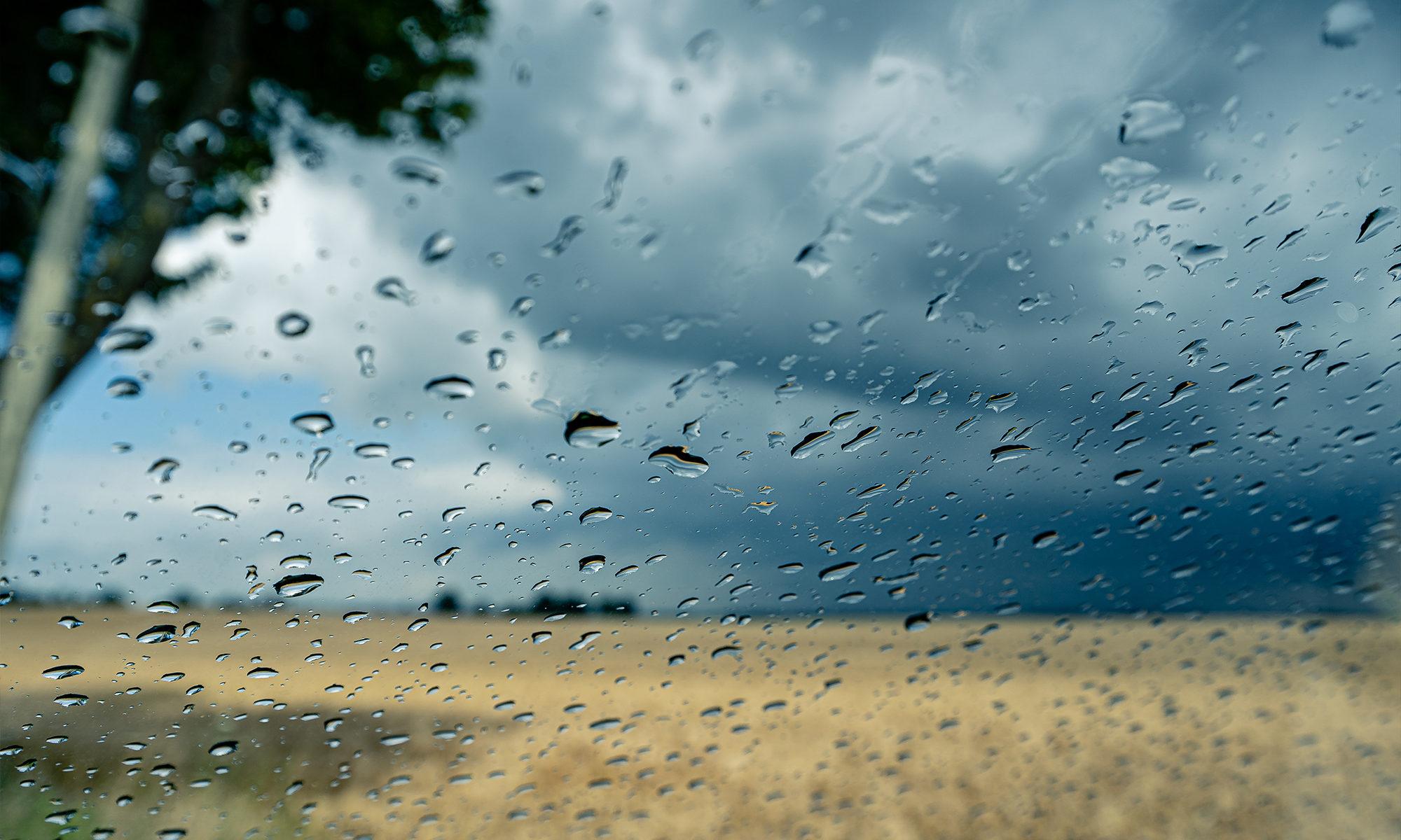 Regen auf der Windschutzscheibe am Feld in MV
