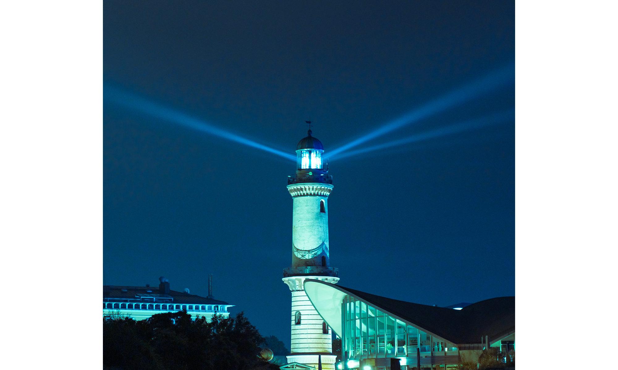 Leuchtturm leuchtet in Warnemünde